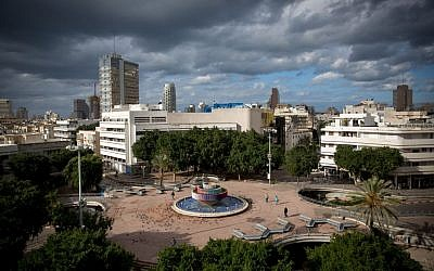Storm clouds gather over Dizengoff Square in central Tel Aviv on December 15, 2016. (Miriam Alster/Flash90)