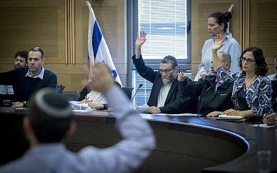 Finance Committee chairman Moshe Gafni and MK Rachel Azaria vote at the Finance committee, during a vote on the 2017-2018 state budget, at the Knesset on December 19, 2016. (Yonatan Sindel/Flash90)