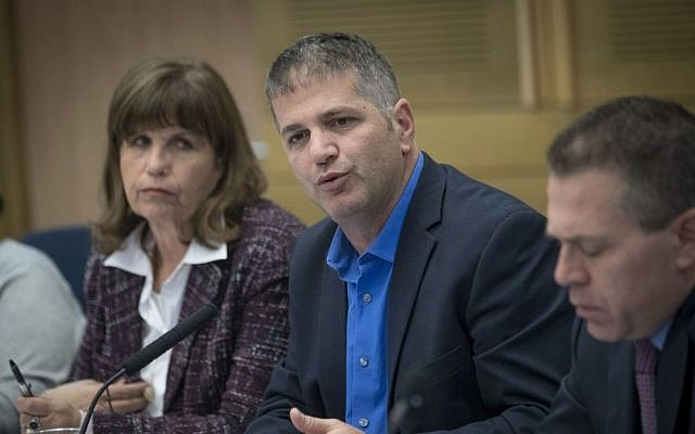 Chairman of the Knesset House Committee Yoav Kish (C) and Public Security Minister Gilad Erdan (R) attend a session on allegations against Joint (Arab) List member Basel Ghattas, December 20, 2016. (Yonatan Sindel/Flash90)