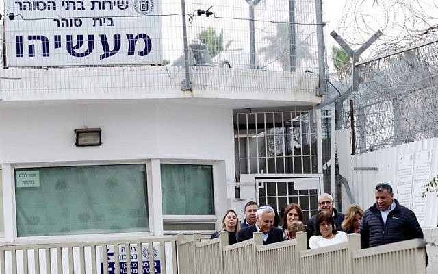 Former president Moshe Katsav walks with his wife Gila and supporters after his release from Ma'asiyahu Prison, where he served five years of a seven-year rape sentence, on December 21, 2016. (Photo by Aloni Mor/Flash90)