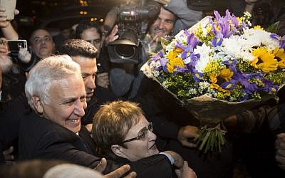 Former Israeli president Moshe Katsav arrives to his home with his wife Gila, after being released from Ma'asiyahu Prison where he served his sentence, in Kiryat Malachi, December 21, 2016. (Hadas Parush/Flash90)