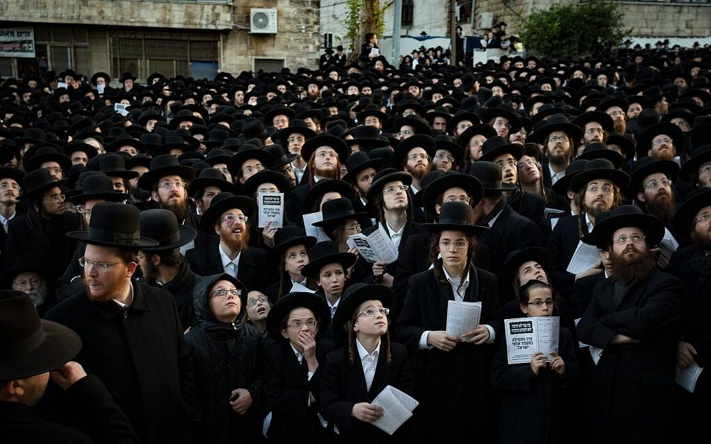 Thousands of ultra-Orthodox Jewish men protest in Jerusalem over what they say is the desecration of synagogue in Arad on December 22, 2016. (Photo by Sebi Berens/Flash90)