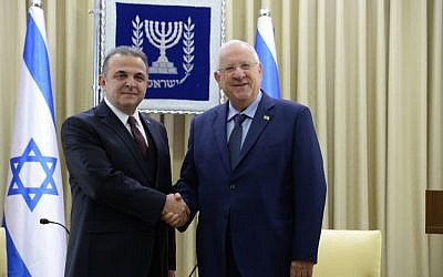 President Rivlin (right) and Turkey's new ambassador to Israel Mekin Okem, December 12, 2016 (Roi Avraham)