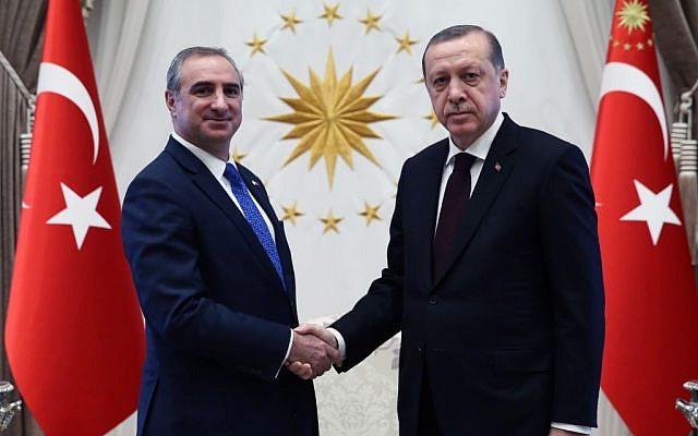 Israel's new ambassador to Turkey, Eitan Na'eh, hands his credentials to President Recep Tayyip Erdoğan on Monday, December 5, 2016. (courtesy Turkish Presidency)