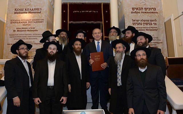 PM Benjamin Netanyahu and Chabad rabbis at the Astana Great Synagogue, December 14, 2016. (Haim Zach/GPO)