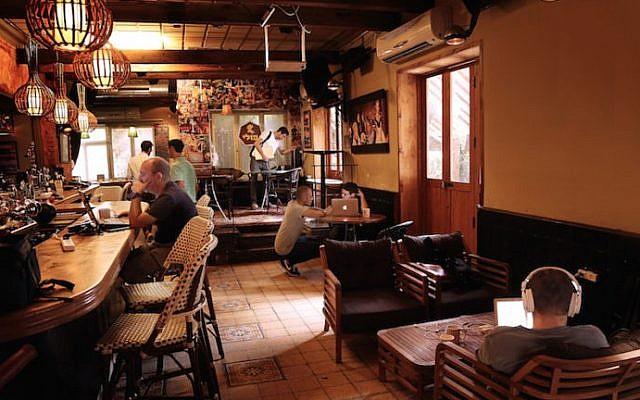 Israelis working at the Pub Hub at Polly Bar in Tel Aviv, November 2016. (Noi Arkobi)