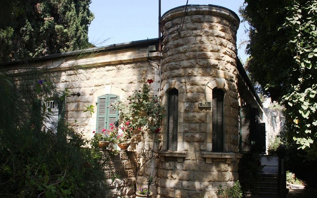 A turret on an old home in Jerusalem's Talpiot neighborhood. (Shmuel Bar-Am)