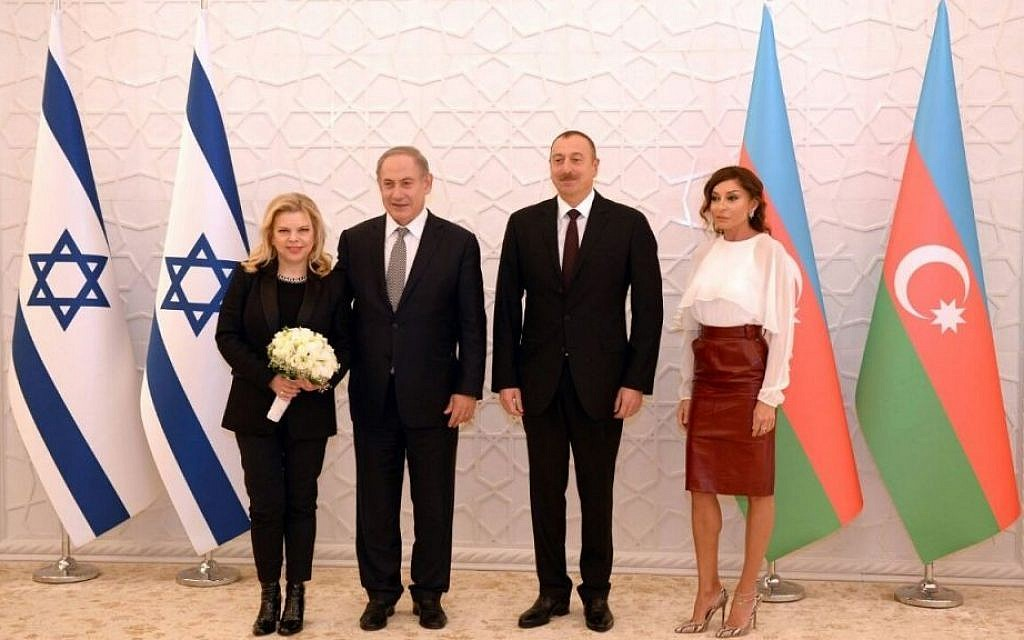 Prime Minister Benjamin Netanyahu and his wife Sara (L) pose for a photo with Azerbaijan President Ilham Aliyev and his wife Mehriban Aliyeva (R) at Baku's Zagulba Palace on December 13, 2016. (Haim Zach/GPO)