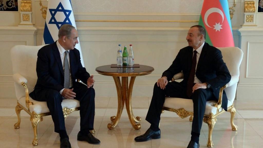 Prime Minister Benjamin Netanyahu (L) meets with Azerbaijan President Ilham Aliyev at Baku's Zagulba Palace on December 13, 2016. (Haim Zach/GPO)