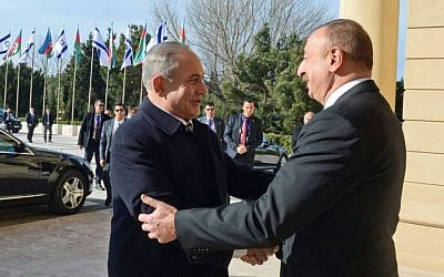 Prime Minister Benjamin Netanyahu (L) greeted by Azerbaijan President Ilham Aliyev at Baku's Zagulba Palace on December 13, 2016. (Haim Zach/GPO)
