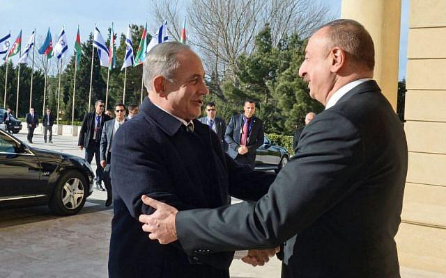 Prime Minister Benjamin Netanyahu (L) is greeted by Azerbaijan President Ilham Aliyev at Baku's Zagulba Palace on December 13, 2016. (Haim Zach/GPO)