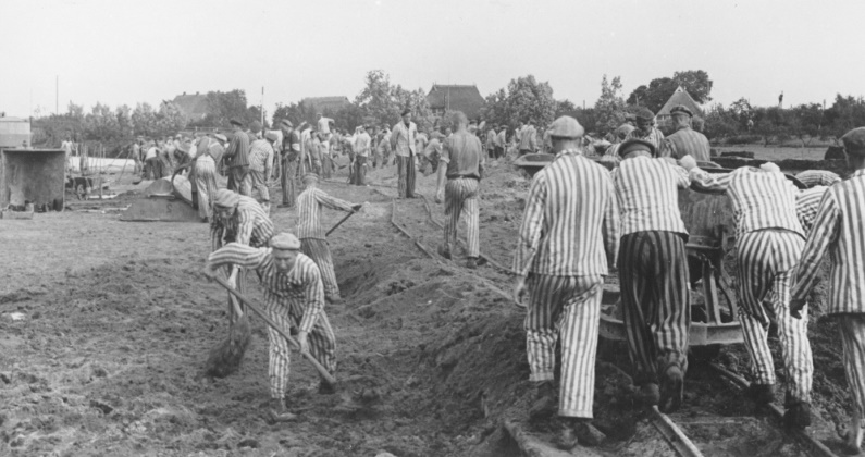 Prisoners at forced labor building the Dove-Elbe canal in Germany, 1941-42. The Kapos wear white and black armbands. (US Holocaust Memorial Museum, courtesy of KZ-Gedenkstatte Neuengamme)