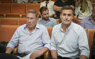 Nochi Dankner (left) and Itay Strum, both jailed for insider trading, at the Tel Aviv District Court on October 30, 2016. (Flash90)
