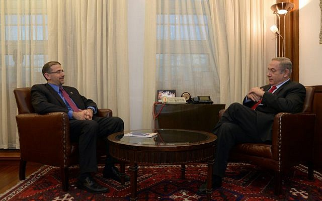 Prime Minister Benjamin Netanyahu meets with departing US Ambassador Dan Shapiro in Jerusalem on January 19, 2017 (Haim Zach/GPO)