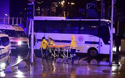 Turkish special force police officers and ambulances are seen at the site of an armed attack in Istanbul, January 1, 2017. (AFP/YASIN AKGUL)