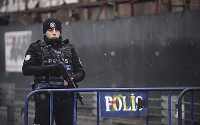 A Turkish police officer stands guard close to the site of an apparent terror attack at the Reina nightclub, one of the Istanbul's most exclusive party spots, early on January 1, 2017. (AFP Photo/Yasin Akgul)