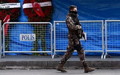 A Turkish special force police officer patrols in front of the Reina nightclub on January 4, 2017 in Istanbul, three days after a gunman killed 39 people on New Year's night. (AFP Photo/Ozan Kose)