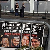 Republican guards stand outside the Hyper Cacher supermarket ahead of a ceremony marking the second anniversary of the deadly attack against the store in Paris on January 5, 2017. (AFP/Christophe Archambault)