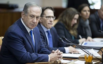 Israeli Prime Minister Benjamin Netanyahu chairs the weekly cabinet meeting in Jerusalem on January 8, 2017. (AFP/ POOL/ ABIR SULTAN)