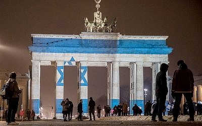 In a tribute to the victims of the ramming attack in Jerusalem, the Israeli flag is projected onto the Brandenburg Gate in Berlin, January 9, 2017. (AFP/dpa / Michael Kappeler)