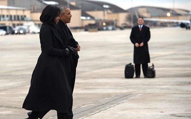 US President Barack Obama and First Lady Michelle Obama walk to board Air Force One at Andrews Air Force Base in Maryland on January 10, 2017 as they depart for Chicago where the president will deliver his farewell address. (AFP PHOTO / NICHOLAS KAMM)
