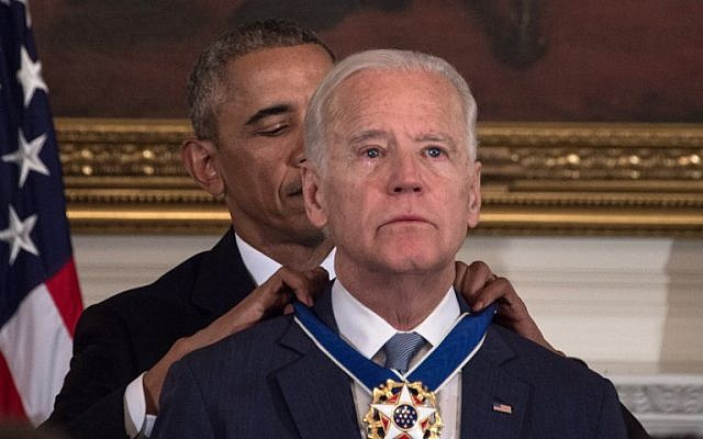 US President Barack Obama awards Vice President Joe Biden the Presidential Medal of Freedom during a tribute to Biden at the White House in Washington, DC, on January 12, 2017. (AFP PHOTO / NICHOLAS KAMM)