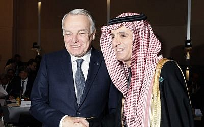 French Minister of Foreign Affairs Jean-Marc Ayrault (L)  shakes hands with Saudi Foreign Minister Adel al-Jubeir during the opening of the Mideast peace conference in Paris on January 15, 2017. (AFP PHOTO / POOL / THOMAS SAMSON)