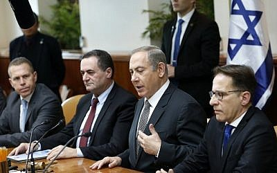 Prime Minister Benjamin Netanyahu (2nd-R) speaks during the weekly cabinet meeting at his office in Jerusalem on January 15, 2017. (AFP Photo/Pool/Ronen Zvulun)