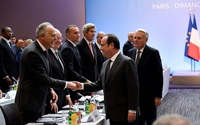 French President Francois Hollande (C) shakes hands with Moroccan Foreign Minister Salaheddine Mezouar (L) next to French Minister of Foreign Affairs Jean-Marc Ayrault (R) as he arrives for the Mideast peace conference in Paris on January 15, 2017.(AFP PHOTO / POOL / bertrand GUAY)
