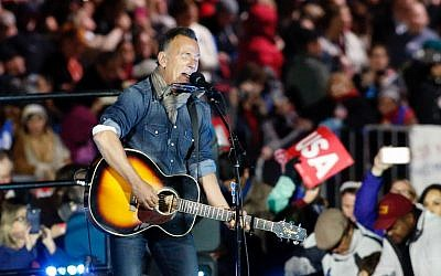 Bruce Springsteen performing during a rally in support of Democratic presidential nominee Hillary Clinton on Independence Mall in Philadelphia, Pennsylvania, November 6, 2016. (AFP/KENA BETANCUR)