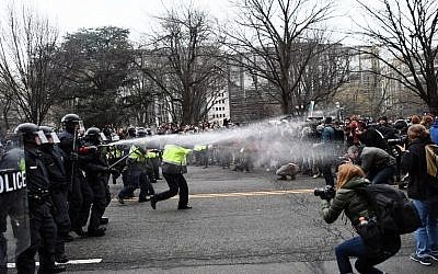 Police pepper spray anti-Trump protesters during clashes in Washington, DC,  January 20, 2017.(AFP/Jewel SAMAD)