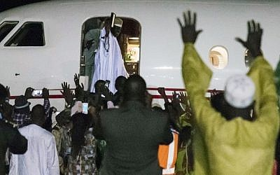 Former president Yaya Jammeh (C,up), the Gambia's leader for 22 years, waves from the plane as he leaves the country on 21 January 2017 in Banjul. (AFP PHOTO / STRINGER)
