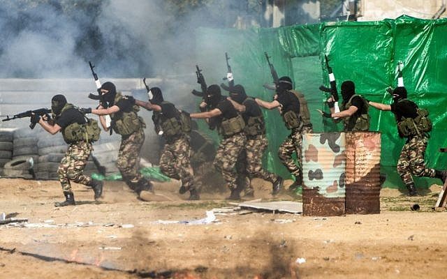 Members of the Palestinian Hamas armed forces take part in a graduation ceremony in Gaza City on January 22, 2017. (AFP PHOTO / MAHMUD HAMS)