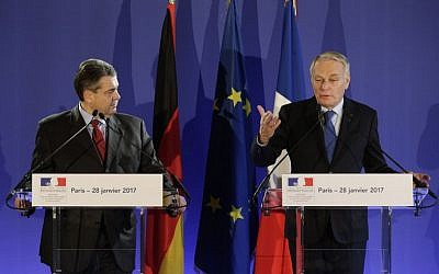 French Foreign Minister Jean-Marc Ayrault (R) holds a joint press conference with his German counterpart Sigmar Gabriel in Paris on January 28, 2017. ( AFP PHOTO / GEOFFROY VAN DER HASSELT)