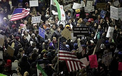 Demonstrators protest agaist President Trump's executive immigration ban at Chicago O'Hare International Airport on January 28, 2017. (AFP/ Joshua LOTT)
