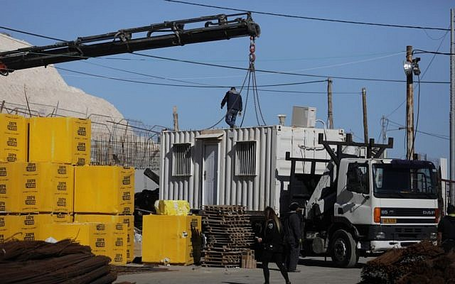 Authorities remove a temporary structure put up without permits from Jabel Mukaber on January 11, 2017. (Flash90)