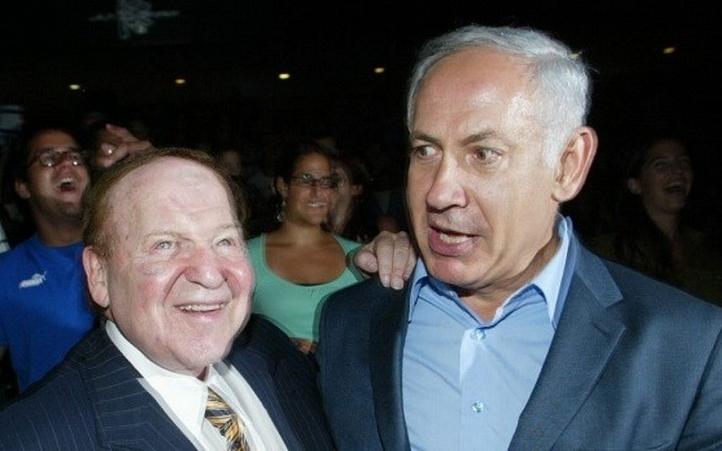 US billionaire businessman Sheldon Adelson (L) meets with Benjamin Netanyahu during a ceremony at the Congress Hall in Jerusalem, August 12, 2007. (Flash90)