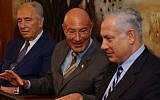 Arnon Milchan (center) with Shimon Peres (left) and Benjamin Netanyahu, March 28, 2005. (Flash90/File)