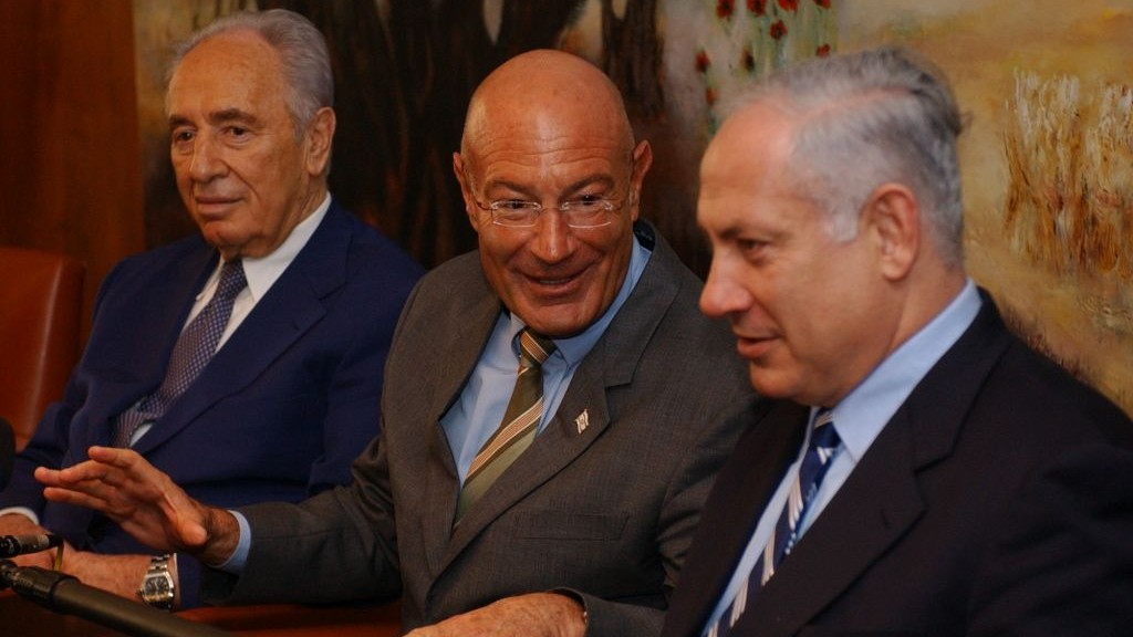 Arnon Milchan (center) with Shimon Peres (left) and Benjamin Netanyahu, March 28, 2005. (Flash90)