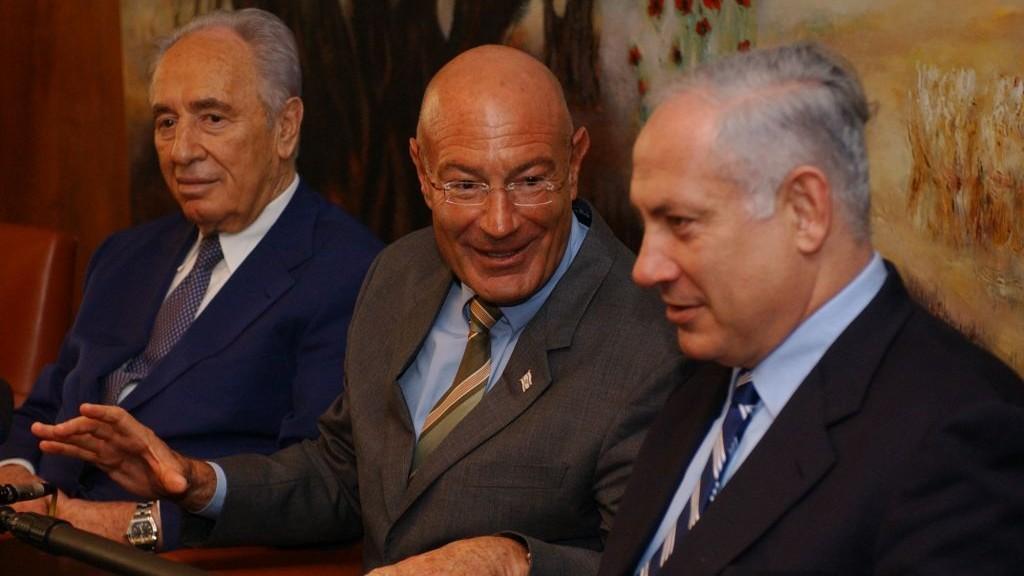 Arnon Milchan (center) with Shimon Peres (left) and Benjamin Netanyahu, March 28, 2005. (Flash90)