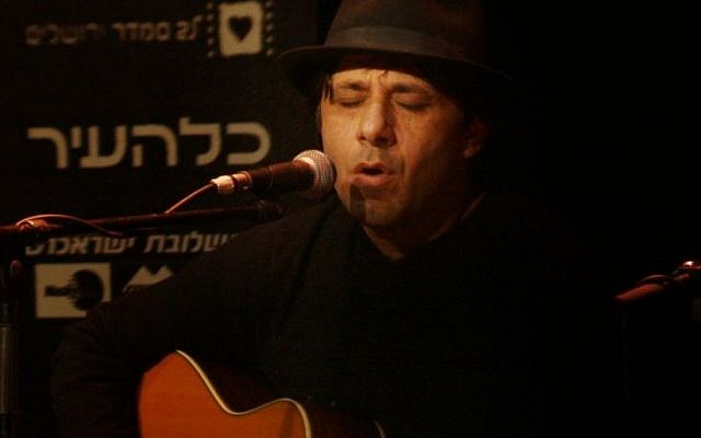 Meir Banai during a performance in Jerusalem in 2006 (Flash90)