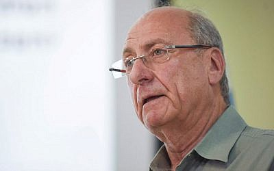 Retired IDF major general Amnon Reshef of the Commanders for Israel's Security group seen at press conference in Tel Aviv on March 11, 2015, where the group criticized the security and political conduct of Prime Minister Benjamin Netanyahu. (Ben Kelmer/Flash90)