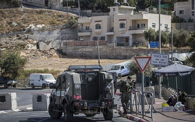 Israeli security forces patrol the entrance of the East Jerusalem neighborhood of Sur Baher in September 2015. (Hadas Parush/FLASH90