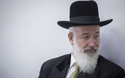 Former chief rabbi of Israel Yona Metzger at the Jerusalem District Court during his trial for taking bribes, fraud, and involvement in criminal activities, July 21, 2016. (Yonatan Sindel/Flash90)