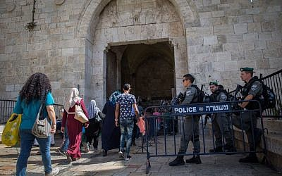 Illustrative. Border Police officers guard the entrance to Damascus Gate in Jerusalem's Old City, September 21, 2016. (Yonatan Sindel/Flash90)