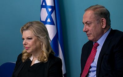Prime Minister Benjamin Netanyahu and his wife Sara at his office in Jerusalem, on December 21, 2016. (Ohad Zweigenberg/Pool)