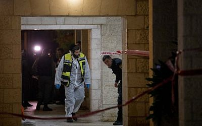 Police and rescuers at the scene where a woman and four children were killed in a fire at an apartment in Jerusalem on January 1, 2017. (Yonatan Sindel/Flash90)