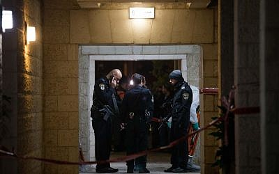 Police and rescue forces at the Jerusalem apartment building where a woman apparently killed her four children before taking her own life on January 1, 2017. (Yonatan Sindel/Flash90)
