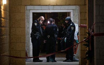 Police and rescue forces at the scene where a woman and four children were killed at an apartment in Jerusalem in what police suspect was a murder-suicide, January 01, 2017 (Yonatan Sindel/Flash90)