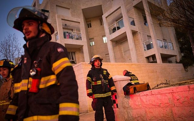 Police and rescue forces at the scene where a woman and four children were killed in a fire in what police suspect was a murder-suicide at an apartment in Jerusalem, January 1, 2017. (Yonatan Sindel/Flash90)